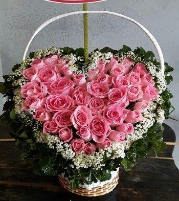 Giỏ hoa hồng phấn hình trái tim