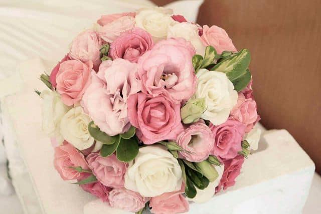 Hoa cươics cầm tay cô dâu