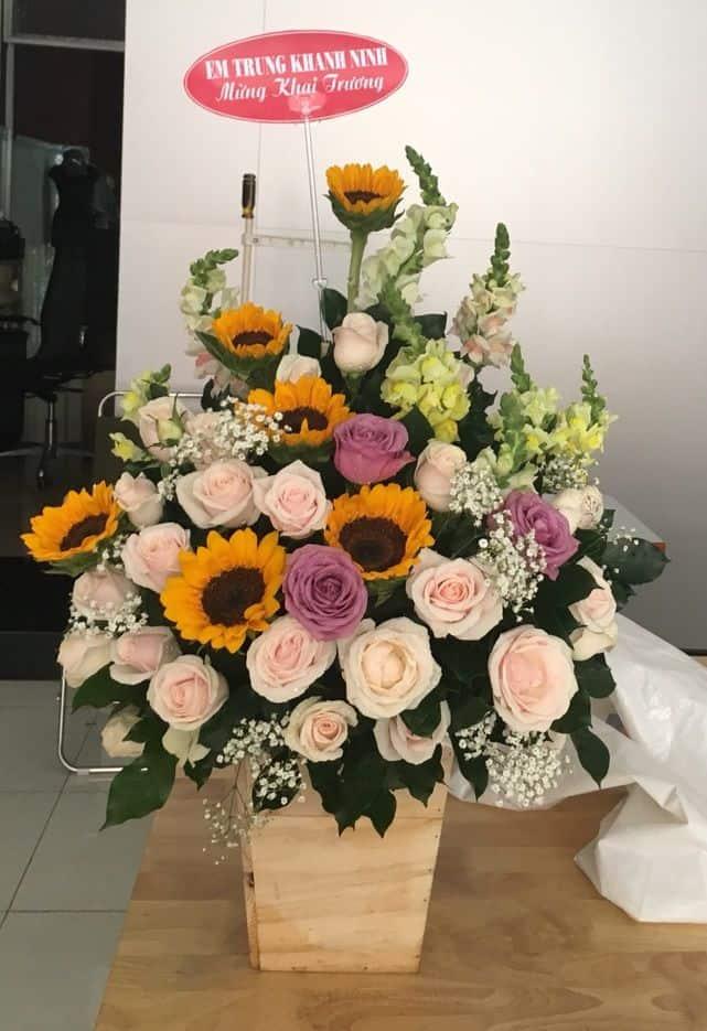 Một giỏ hoa tặng sinh nhật đẹp có hoa hồng