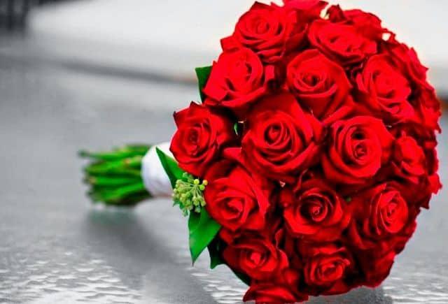 Bó hoa hồng đỏ cầm tay