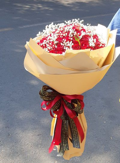 hoa tuoi vinh binh go cong tay