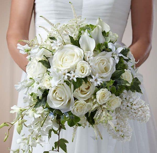 cách chọn hoa cầm tay cho cô dâu áo váy trắng
