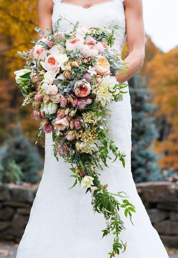 chọn hoa cho cô dâu dáng tròn