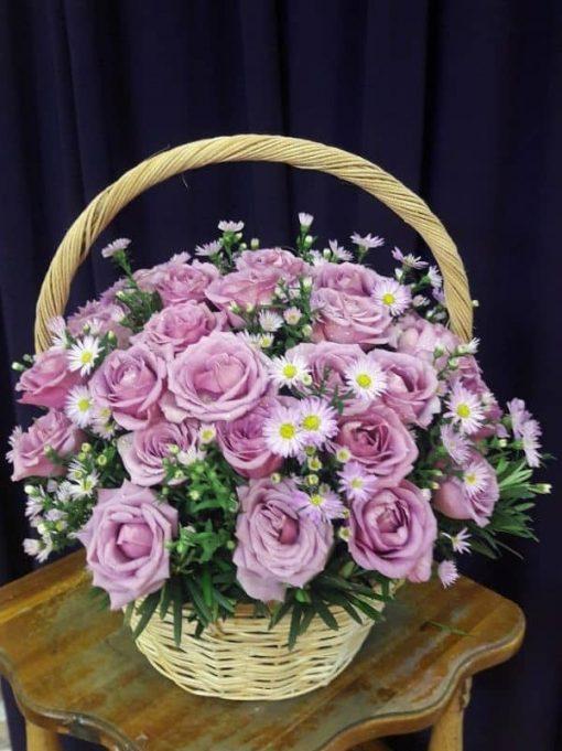 giỏ hoa hồng màu tím